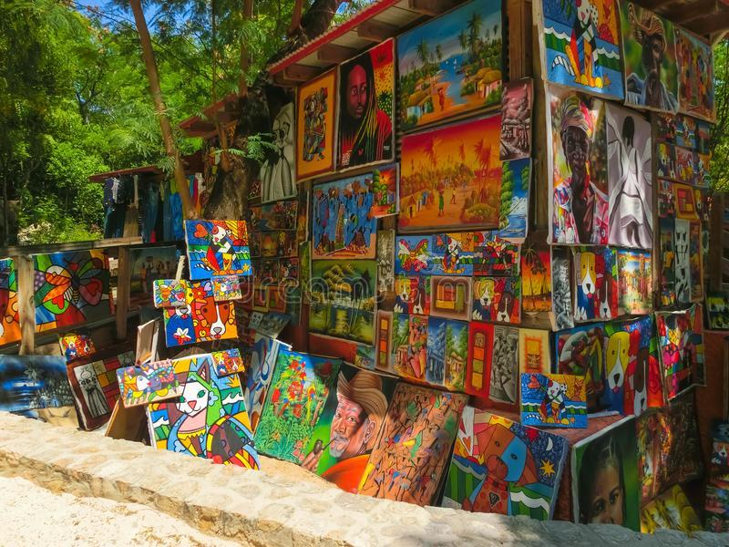 labadee-haití-de-mayo-día-soleado-haitiano-handcrafted-los-recuerdos-en-la-playa-isla-121286320